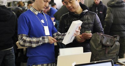 iPad goes on sale, draws crowds in 10 nations