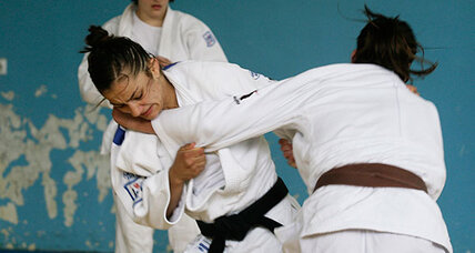 Saudi Olympic athlete hit by judo head scarf ban: Safety or discrimination? (+video)