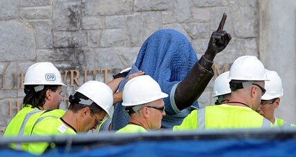 Joe Paterno statue: Penn State brings down 'obstacle to healing' (+video)