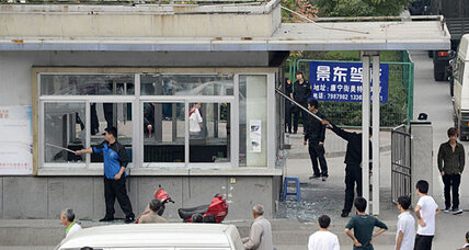 Foxconn: Chinese iPhone factory erupts in violence