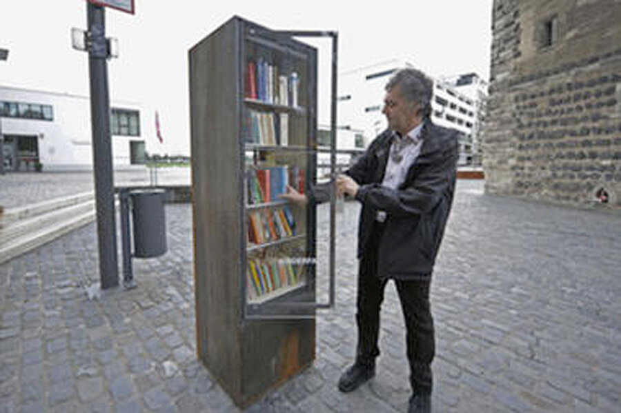 Public Bookshelves In NYC Phone Booths