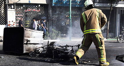 Iran's currency plunges 40 percent, riot police called out (+video)