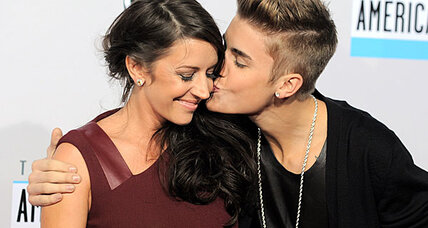 American Music Awards: Justin Beiber wins big and brings Mom (+video)