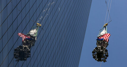 WTC spire hoisted to New York's World Trade Center roof