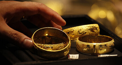 Gold prices fall as dollar strengthens