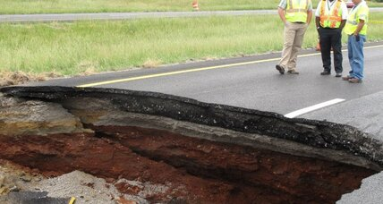 Sinkhole closes lane of traffic in Tennessee