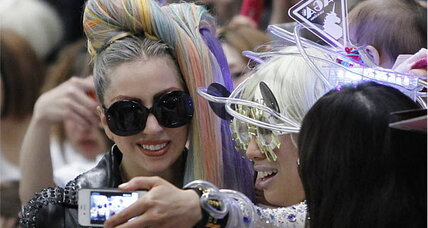 Lady Gaga declares 'pop emergency,' releases 'Applause' early