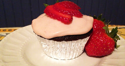 Strawberry cream cheese frosting (and cupcakes galore!)