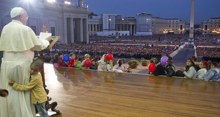 Pope Francis showcases patience after little boy joins him on stage (+video)
