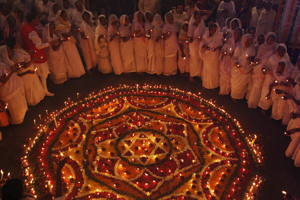 hinduism and diwali Hindu hinduism is a very broad religion, full of many different beliefs,  one  important festival observed by many hindus is the festival of diwali, or the hindu.