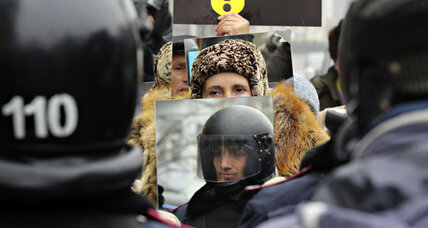 Kiev protesters hold mirrors to police - literally - as new confrontation looms