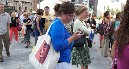 Texting can make you walk funny, say scientists (+video)