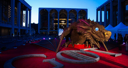 'Game of Thrones' previews in New York: scalped tickets and a bus-sized dragon