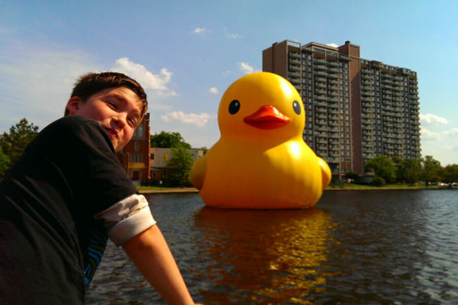 Giant \'Rubber Duck\' includes families as part of the art - CSMonitor.com