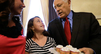Illinois governor signs 'cupcake bill,' pre-teen bakers rejoice