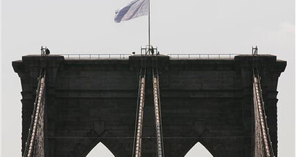 Police investigate: Who flew white flags from the Brooklyn Bridge? (+video)