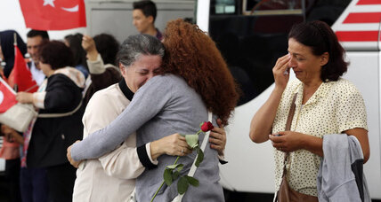 49 Turkish hostages freed by Islamic State, but questions linger (+video)