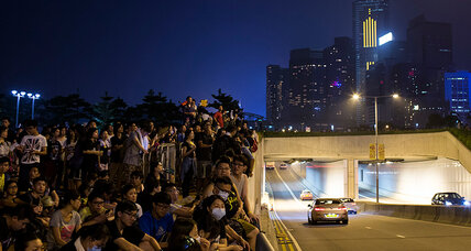 Hong Kong averts showdown as leader dangles dialogue with protesters (+video)