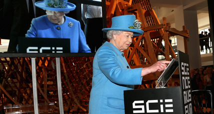 Why did the Queen sign her first tweet 'Elizabeth R'?