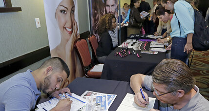 US jobless claims fall below 300K as hiring surges (+video)