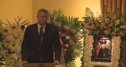 NYPD officers turn backs on De Blasio at second funeral (+video)