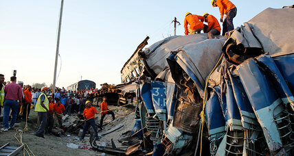 India passenger train derails, killing 31 people, at least 50 injured (+video)