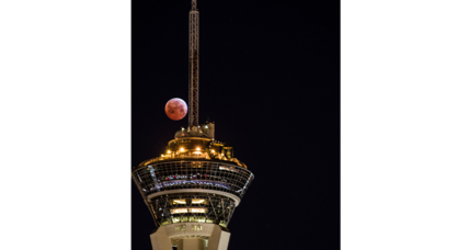 'Blood moon' eclipse dazzles skywatchers