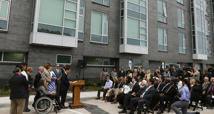 Obama to expand broadband in public housing: How wide is the digital divide? (+video)