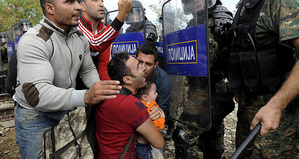Macedonian troops fire stun grenades at migrants on border