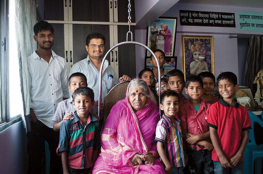 Sindhutai Sapkal was begging at train stations when she found her calling –  helping street children - CSMonitor.com