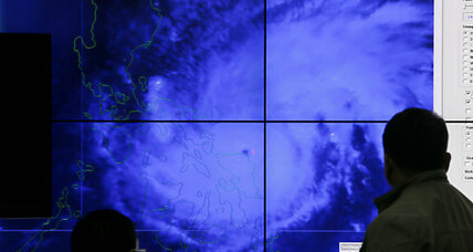 Typhoon Melor slams into Philippines: 725,000 evacuated