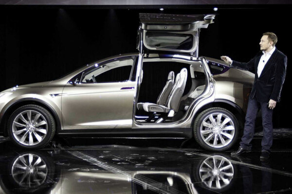 With New Summon Upgrade Tesla Cars Will Valet Themselves - A tesla car