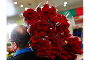 Schön A Man Carries Roses For Sale Ahead Of The Valentineu0027s Day At A Flower  Market In Vienna, Austria.