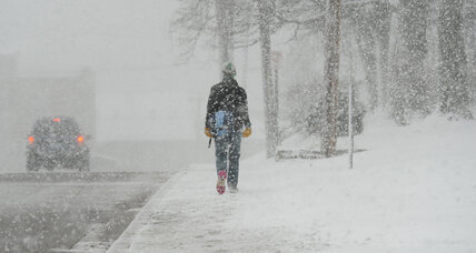 Heavy snow, strong winds whip through Midwest