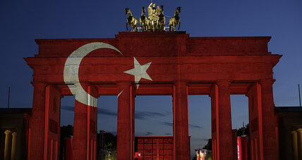 To make life easier for German Turks, locals try sharing their personal histories