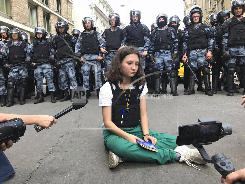 Nonviolence, new technologies distinguish Moscow protesters