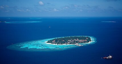 Faced with rising sea levels, the Maldives seek new homeland