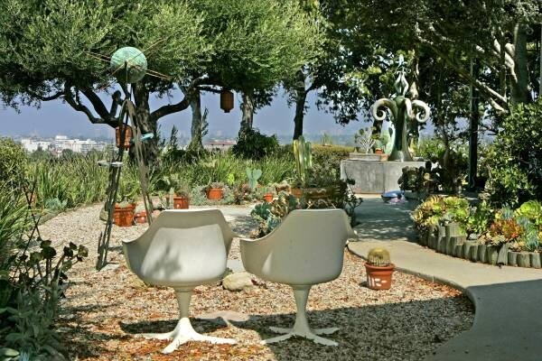 Retro meets rustic in a funky los angleles landscape for Funky garden designs