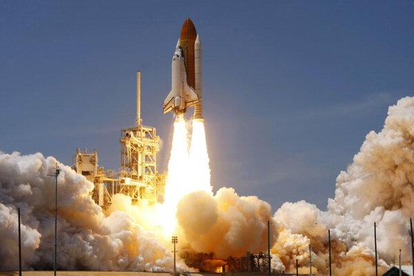宇宙に向かうスペースシャトル