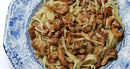 Sautéed chanterelles with cream and linguine fini