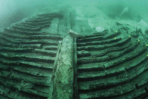 Roman shipwreck giant fish tank in a 2 000 year old ship for Fish tank shipwreck